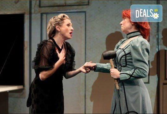 Гледайте Лилия Маравиля в главната роля в невероятната комедия Госпожа Министершата на 20.02. от 19 ч., Театър София, билет за един - Снимка 6