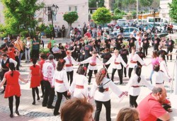 Танцувайте български хора и ръченици! 8 урока във Фолклорен клуб BODY FOLK в жк. Борово, Зала Пчела - Снимка
