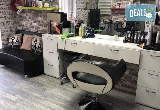Подстригване, терапия с маска според типа коса, нанасяне на арганов спрей, арганово олио и оформяне на прическа със сешоар в салон Diva - Снимка 7