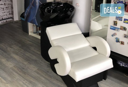 Подстригване, терапия с маска според типа коса, нанасяне на арганов спрей, арганово олио и оформяне на прическа със сешоар в салон Diva - Снимка 8