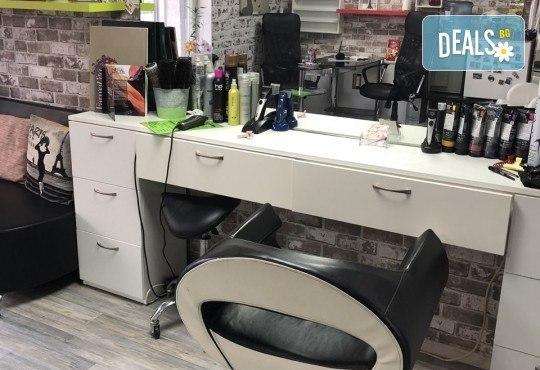 Подстригване, терапия с маска според типа коса, нанасяне на арганов спрей, арганово олио и оформяне на прическа със сешоар в салон Diva - Снимка 9