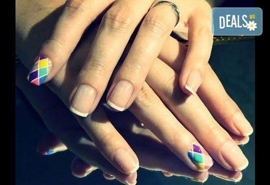 Бъдете неотразима с класически или френски маникюр с гел лак в цвят по избор, 2 ръчно рисувани декорации, терапия за ръце с парафинова свещ и бонус: сваляне на стар гел лак в студио Velesa! - Снимка 1