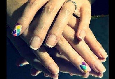 Бъдете неотразима с класически или френски маникюр с гел лак в цвят по избор, 2 ръчно рисувани декорации, терапия за ръце с парафинова свещ и бонус: сваляне на стар гел лак в студио Velesa! - Снимка