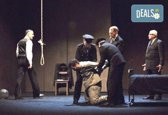 Деян Донков и Лилия Маравиля в Палачи от Мартин МакДона, на 11.03. от 19 ч. в Театър София, билет за един - Снимка 6