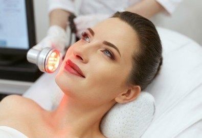 Иновативна LED терапия за лице в център за жизненост и красота Девимар - Снимка