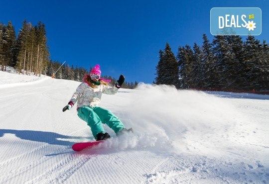 3 часа дневно или нощно каране на сноуборд за начинаещи или напреднали с инструктор и включена екипировка от Scoot - Снимка 1