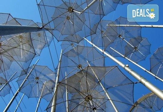 Еднодневна екскурзия през март или април до Солун с посещение на скулптурата Веселите чадъри! Транспорт и екскурзовод от Глобул Турс - Снимка 3