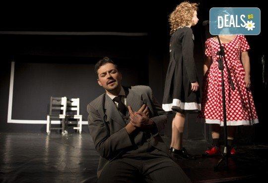Гледайте Малин Кръстев и Филип Аврамов в комедията на Теди Москов Аз обичам, ти обичаш, тя обича на 8-ми март (неделя) в Малък градски театър Зад канала! - Снимка 1