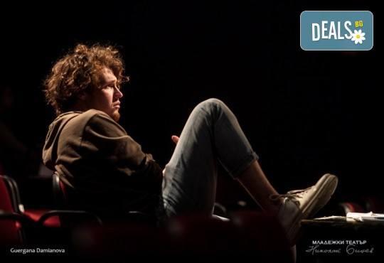 Гледайте Стефан Мавродиев в Аз, Фойербах, на 08.03. от 19ч. в Младежки театър, Камерна сцена, 1 билет! - Снимка 4