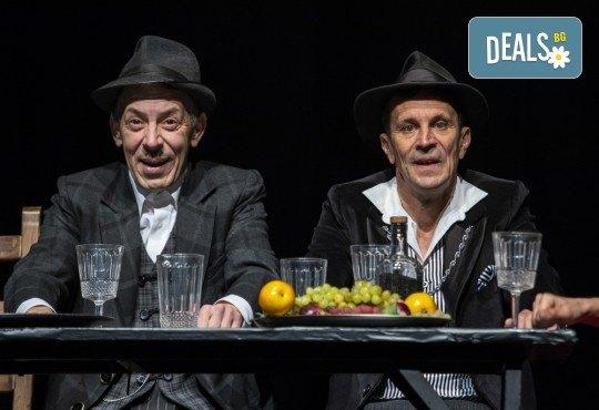 Гледайте черната комедия Емигрантски рай на 18.03. от 19ч. в Театър ''София'', билет за един! - Снимка 12
