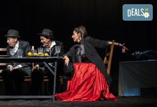 Гледайте черната комедия Емигрантски рай на 18.03. от 19ч. в Театър ''София'', билет за един! - Снимка 13