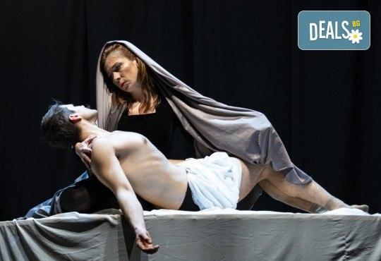 Гледайте черната комедия Емигрантски рай на 18.03. от 19ч. в Театър ''София'', билет за един! - Снимка 4
