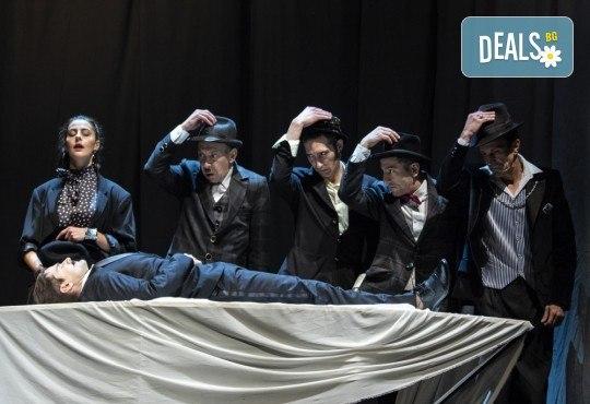 Гледайте черната комедия Емигрантски рай на 18.03. от 19ч. в Театър ''София'', билет за един! - Снимка 11