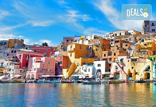 Романтика в Южна Италия! 5 нощувки със закуски, транспорт, посещение на Неапол, Херкулан, Алберобело, Везувий и Помпей - Снимка 4