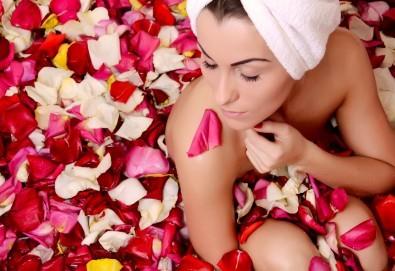 Подарете си истинско СПА изживяване с масаж на цяло тяло с масла от роза, пилинг, рефлексотерапия и терапия за лице в Mery Relax! - Снимка