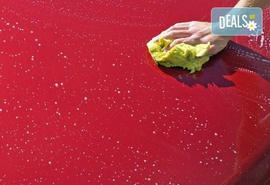 Пътувайте комфортно в блестяща от чистота кола! Външно измиване на лек автомобил, джип или бус и поставяне на вакса в сервиз Автомакс 13 в кв. Овча купел 2! - Снимка 2