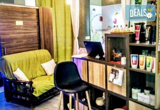 Подарете си за пролетта подмладяваща терапия за лице с акациев мед и хиалуронова киселина, ултразвуково почистване и сесия в солна стая Salt Me, в салон Thai Spa, Bulgaria mall - Снимка 3