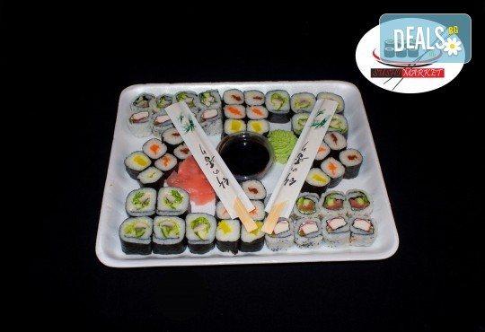 Вкусно предложение на супер цена! 50 суши хапки с пушена сьомга, филаделфия и херинга от Sushi Market - Снимка 1