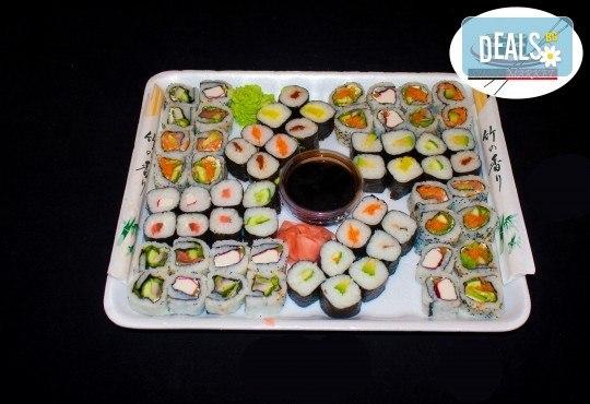 Апетитно предложение! 64 хапки с пушена сьомга, филаделфия и скариди или херинга от Sushi Market - Снимка 1