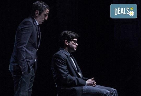 Премиера за сезона в Театър София! Гледайте На четири уши и Унижението от Питър Шафър и Майк Бартлет, на 20.03. от 19 ч., билет за един - Снимка 12
