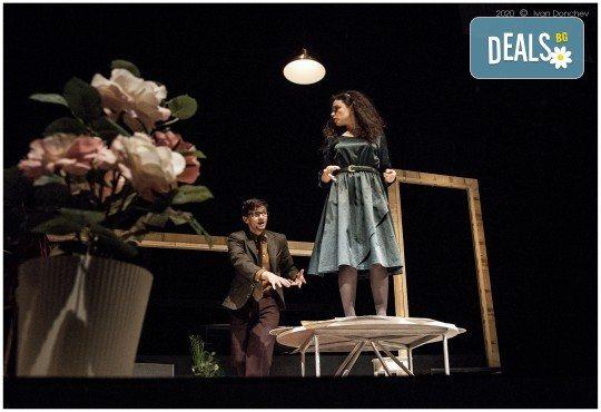 Премиера за сезона в Театър София! Гледайте На четири уши и Унижението от Питър Шафър и Майк Бартлет, на 20.03. от 19 ч., билет за един - Снимка 4
