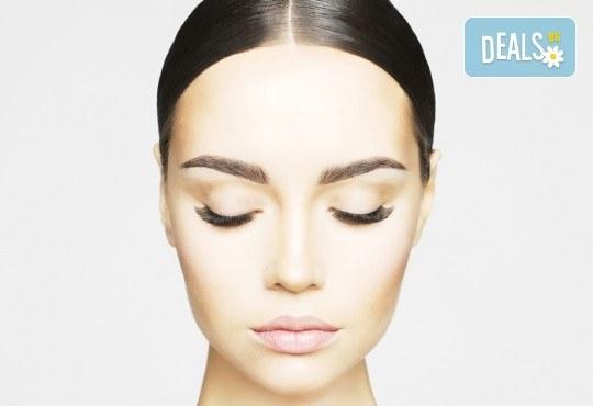 За покоряващ поглед! Поставяне на мигли по метода косъм по косъм в салон за красота Магнолия, кв. Лозенец - Снимка 1