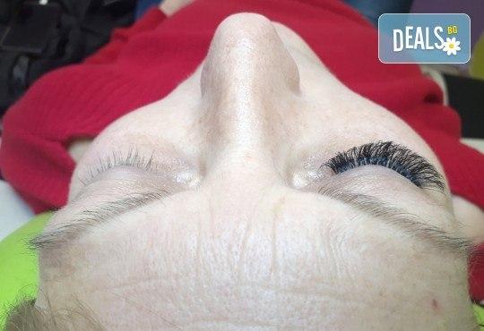 Удължаване и сгъстяване на мигли чрез 3D обемна техника, руски обем или по метода косъм по косъм в Център за естетична и холистична медицина Симона - Снимка 4