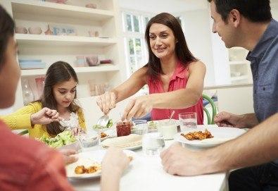 Семейно меню - 4 порции супа на деня, свинско задушено със зеленчуци и бисквитена торта, от Кулинарна работилница Деличи - Снимка