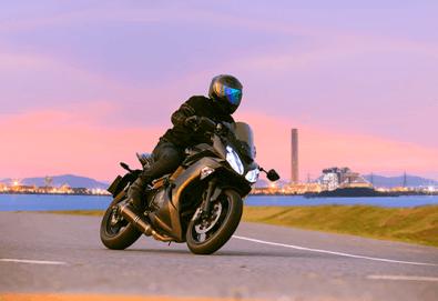 30 минути от шофьорски курс за категория А с включена практика и упражнения за владеене на мотор от Фирма Scoot - Снимка