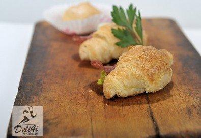 100 броя хапки Романтична Франция - мини кроасан сандвич, тарталети и сладки еклери от Kулинарна работилница Деличи - Снимка