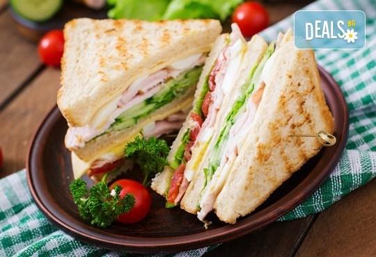 2 броя троен клуб сандвич и 2 броя свежи салати микс с гръцки маслини, царевица и дресинг от кулинарна работилница Деличи - Снимка 1