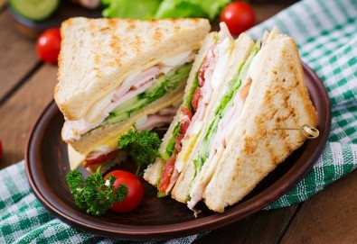 2 броя троен клуб сандвич и 2 броя свежи салати микс с гръцки маслини, царевица и дресинг от кулинарна работилница Деличи - Снимка