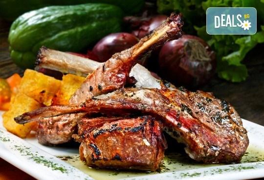 Вземете печено агнешко бутче с традиционна зелена салата от кулинарна работилница Деличи! - Снимка 1