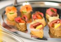 90 броя празнични хапки, аранжирани и декорирани за директно сервиране от кулинарна работилница Деличи - Снимка