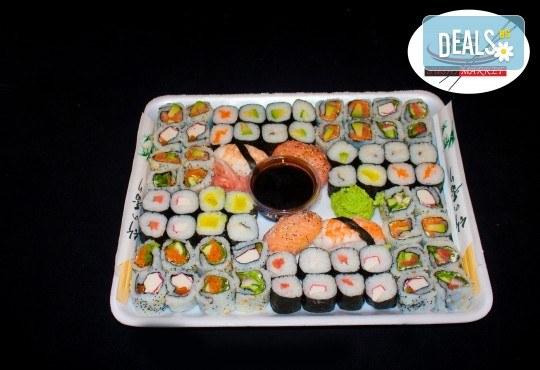Вземете 68 хапки с пушена сьомга, филаделфия и скариди или херинга от Sushi Market на супер цена! - Снимка 1