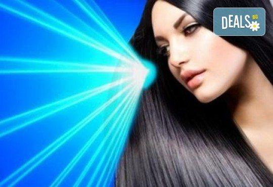 Иновативна фотон лазер терапия за коса с ботокс, хиалурон, кератин, арган, измиване, флуид с инфраред преса и оформяне със сешоар в Женско царство в Центъра - Снимка 1