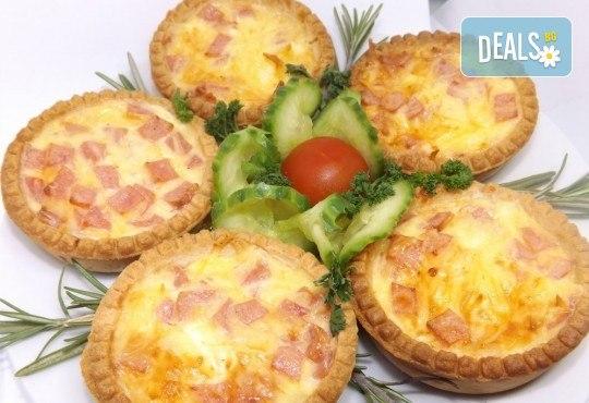 30 броя мини киш с вкус по избор: френски сирена, шунка и кашкавал или луканка и маслини от Кетърингхапки.com - Снимка 1