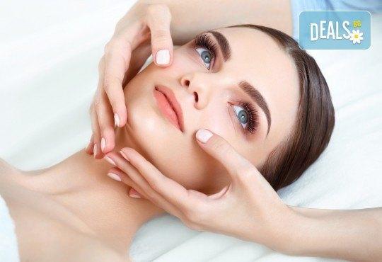Козметичен, тонизиращ масаж на лице, шия и деколте в салон за красота