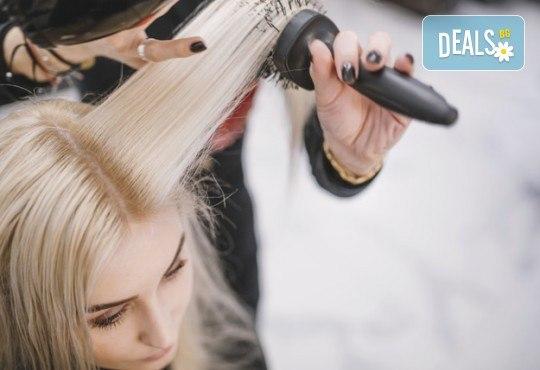 Терапия според типа коса - арганова, кератинова, хидратираща, за боядисана коса, оформяне на прическа със сешоар и бонус: плитка в салон за красота Хармония - Снимка 4