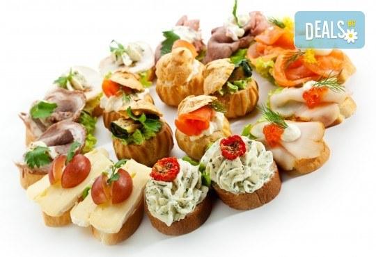 Празничен сет Фамилия - 150 бр. мини сандвичи, парти кюфтенца и златисти еклерчета от кулинарна работилница Деличи - Снимка 2