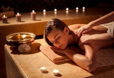 Болкоуспокояващ лечебен масаж на гръб със загряващи био масла, рефлексотерапия и 10% отстъпка от всички услуги на салон Женско Царство - Снимка