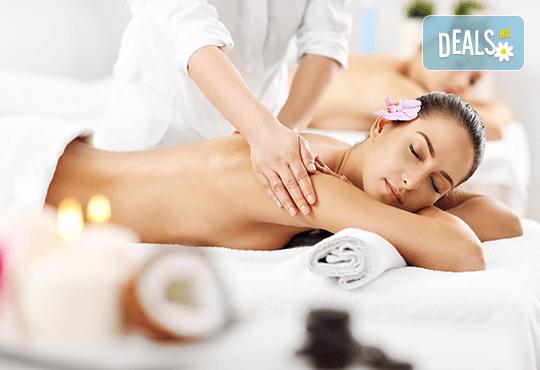 Релакс за двама! Кралски синхронен масаж със злато за двойки или за приятели, релаксиращ масаж на лице и глава и комплимент в Женско царство в Центъра или Студентски град - Снимка 1