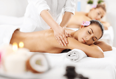 Релакс за двама! Кралски синхронен масаж със злато за двойки или за приятели, релаксиращ масаж на лице и глава и комплимент в Женско царство в Центъра или Студентски град - Снимка