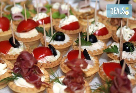 Направи сам своето меню! 25 бр. коктейлни хапки от един вид по избор, бонуси 50% отстъпка от сладките изкушения на Мечо Фууд Кетъринг - Снимка 1