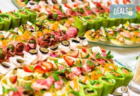 Вземете 100 вкусни и апетитни коктейлни хапки с леко пикантен ароматен мус, пушен свински бут, зелени подправки и още от H&D Catering - Снимка 1