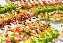 Вземете 100 вкусни и апетитни коктейлни хапки с леко пикантен ароматен мус, пушен свински бут, зелени подправки и още от H&D Catering - Снимка