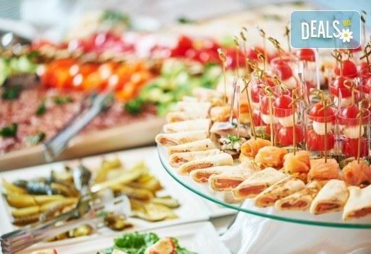 Комбинирани плата от 90, 135 или 180бр. хрупкави пилешки филенца, картофени крокети, брускети и коктейлни хапки от Кетърингхапки.com - Снимка 2