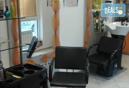Боядисване с боя на клиента, подстригване, масажно измиване, кератинова терапия с продукти на Brave new hair и оформяне със сешоар в салон Феникс - Снимка 8