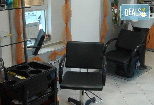 Подстригване, масажно измиване и кератинова терапия с професионалните продукти на Brave new hair и оформяне със сешоар в салон за красота Феникс - Снимка 7