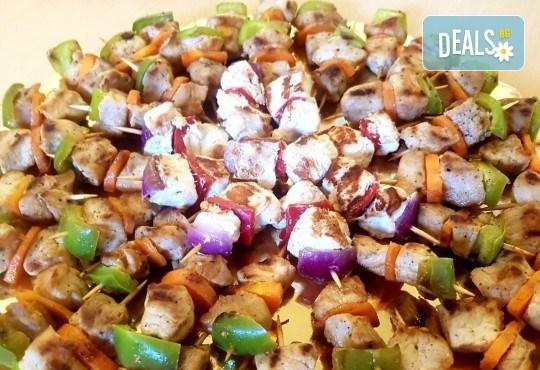 Микс от 100 или 150 броя печени шишчета от пилешко, телешко и свинско с гриловани зеленчуци и свински кюфтенца с кисела краставичка от Кетъринг груп 7 - Снимка 2